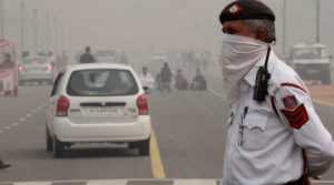 Delhi traffic police in smog