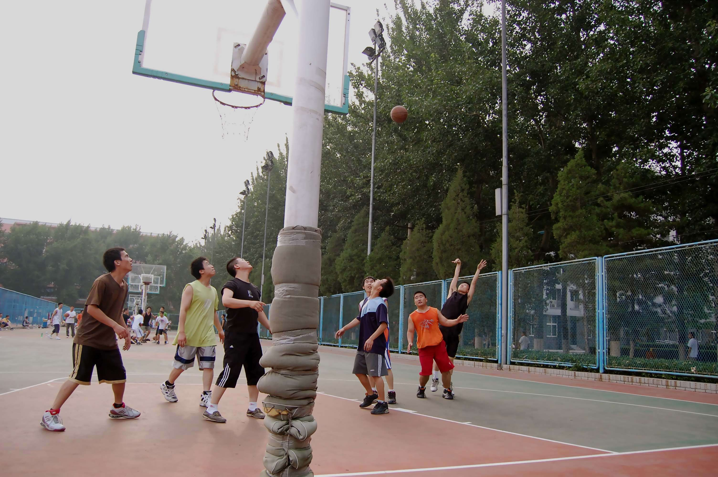 playing basketball in air pollution in Guangzhou