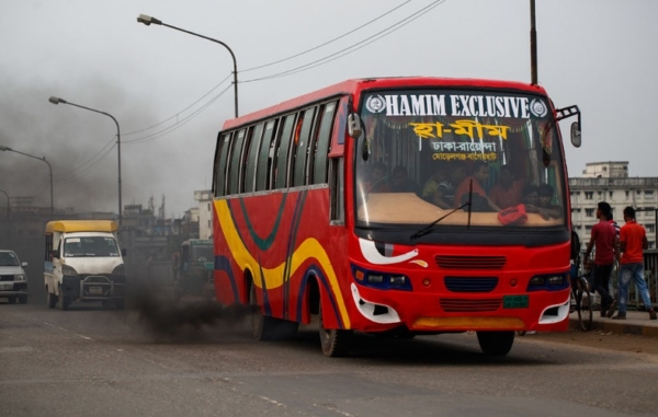 Dhaka bus and car vehicle emissions creating poor air quality in Bangladesh